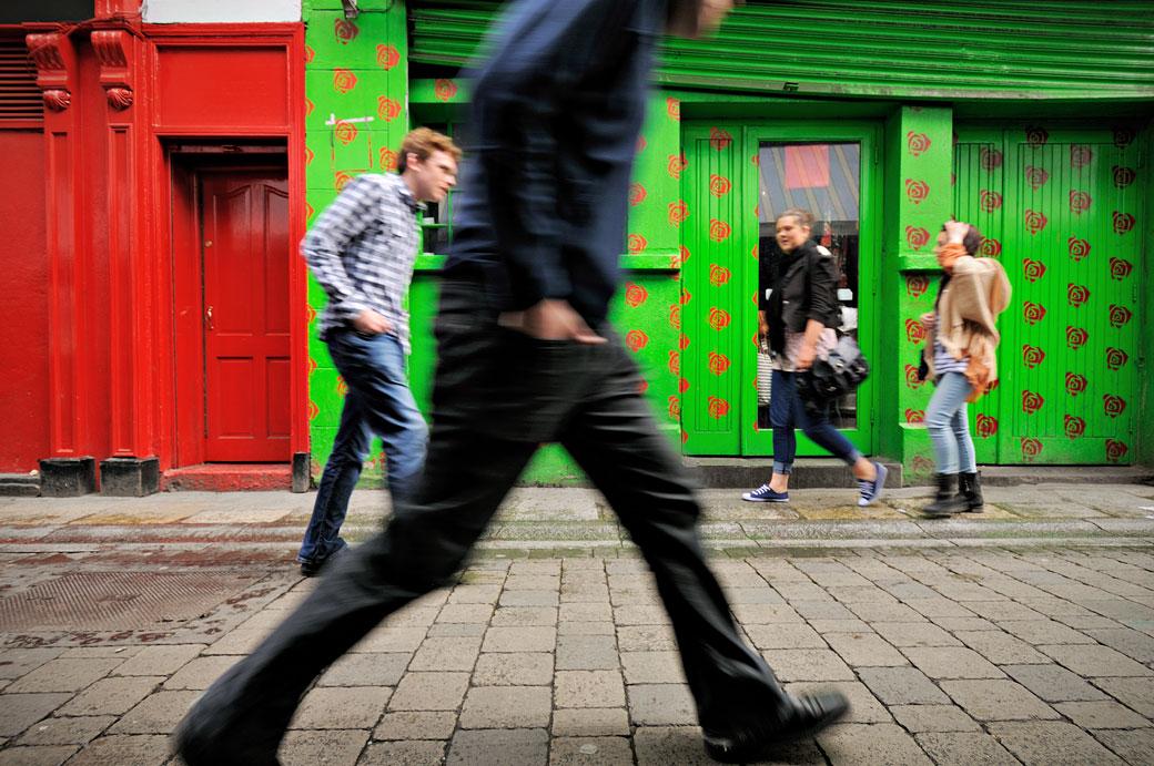 Passants dans la rue colorée de Dame Lane Street à Dublin, Irlande