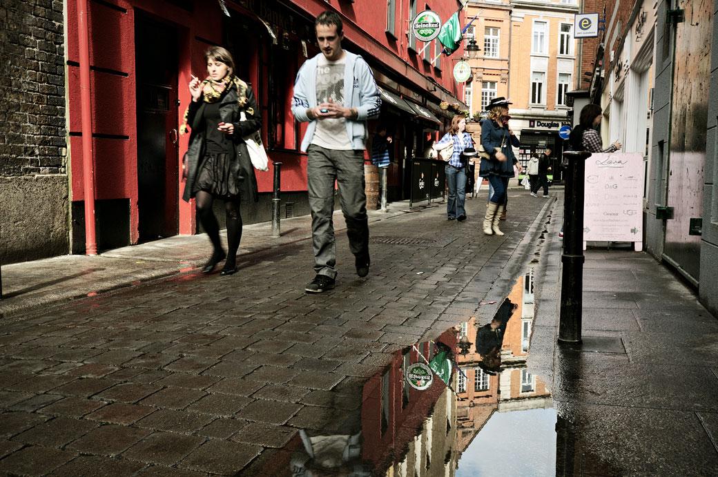 Reflet dans une rue de Dublin après une averse, Irlande