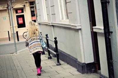 Femme blonde avec des chaussures roses à Dublin, Irlande