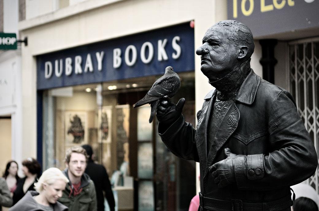 Statue humaine avec un pigeon sur Grafton Street à Dublin