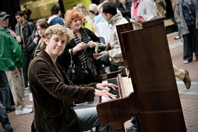 Pianiste de rue à Grafton Street à Dublin, Irlande