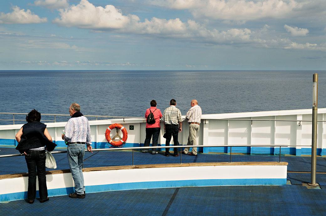 Groupe de personnes qui discutent sur un ferry pour la Sicile