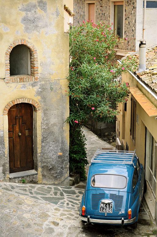 Fiat 600 dans une rue de Castelmola en Sicile, Italie
