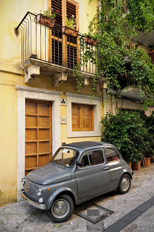 Fiat 500 grise dans une rue de Taormine en Sicile, Italie