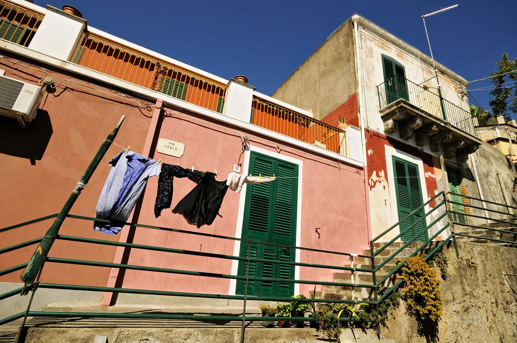 Linge qui sèche à Santa Maria la Scala en Sicile, Italie