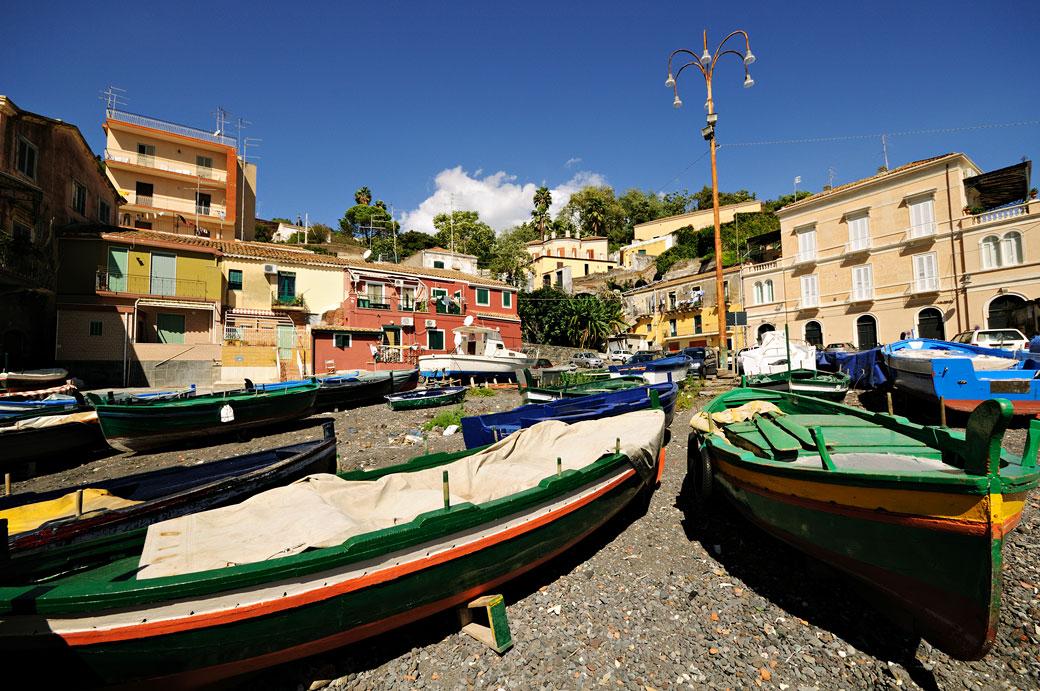 Santa Maria la Scala et ses bateaux sur la plage en Sicile