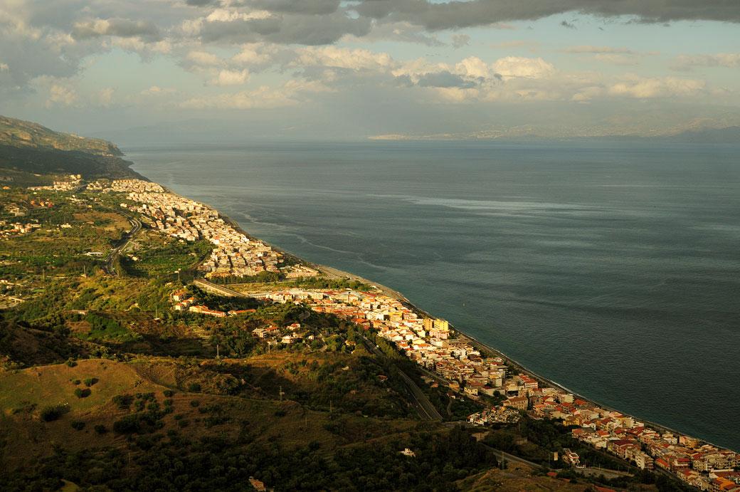 Côte Ionienne de la Sicile depuis le village de Forza d'Agrò, Italie
