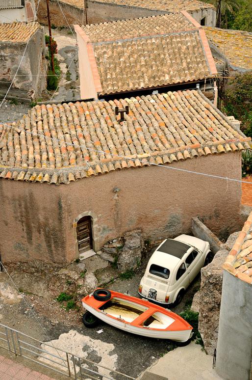 Fiat 500 blanche et bateau à Forza d'Agrò en Sicile, Italie