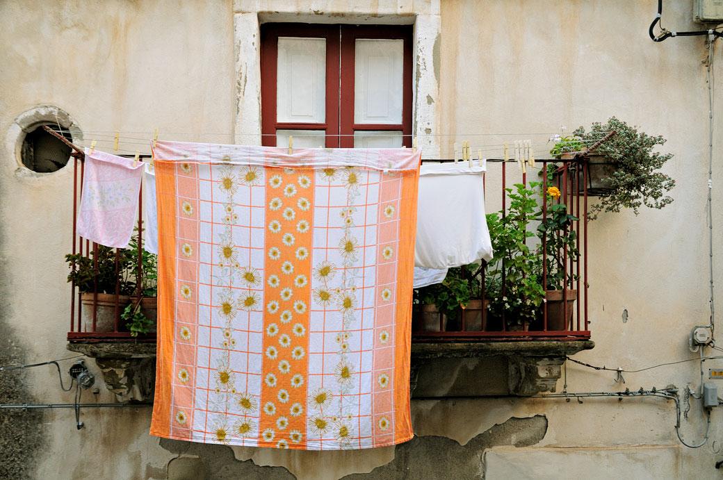 Linge sur un balcon de Forza d'Agrò en Sicile, Italie