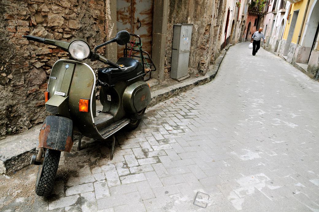 Vieux scooter vert à Forza d'Agrò en Sicile, Italie