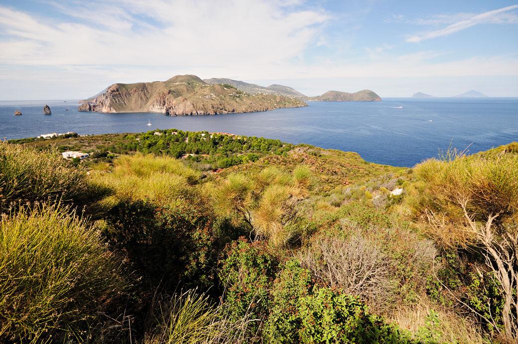 Les îles Éoliennes depuis Vulcanello en Sicile, Italie