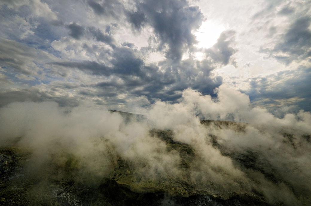 Fumerolles et nuages à Vulcano en Sicile, Italie