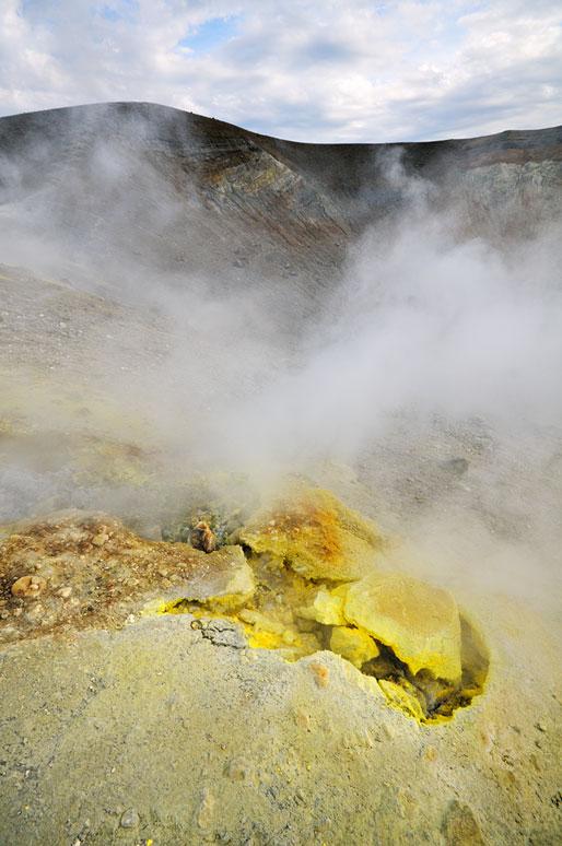 Soufre et fumerolles sur le cratère de Vulcano en Sicile, Italie