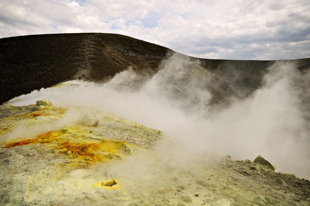 Le bord fumant du cratère de Vulcano en Sicile, Italie