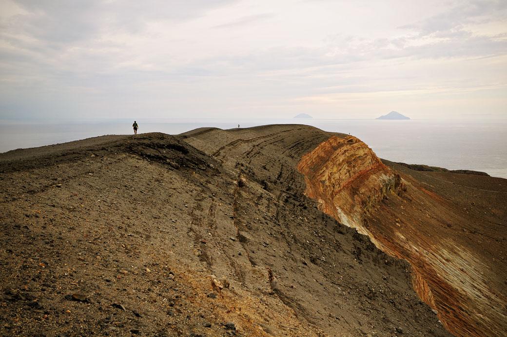 Sur le bord du cratère de Vulcano en Sicile, Italie