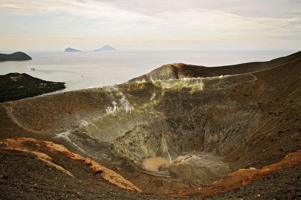 Gran cratere sur l'île de Vulcano en Sicile, Italie