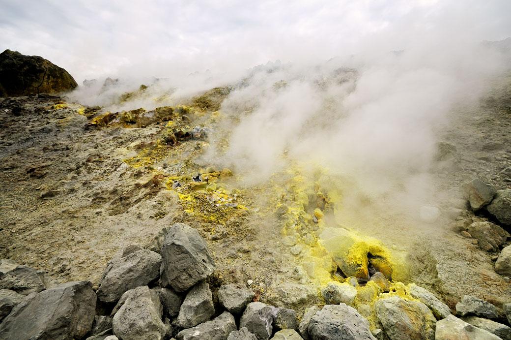 Fumerolles et soufre dans le cratère de Vulcano en Sicile, Italie