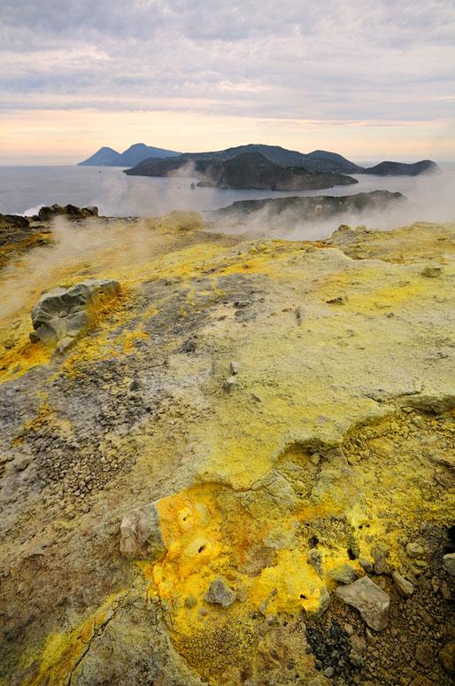 Lipari et Salina depuis le cratère de Vulcano en Sicile, Italie