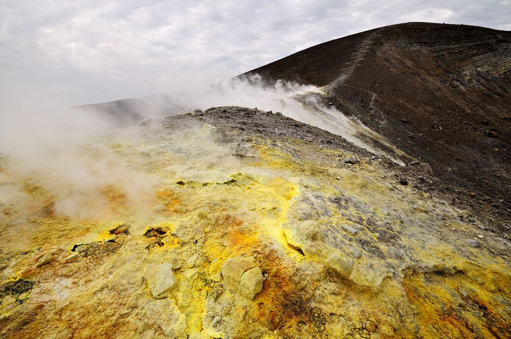 Fumerolles sur le chemin du cratère à Vulcano en Sicile, Italie