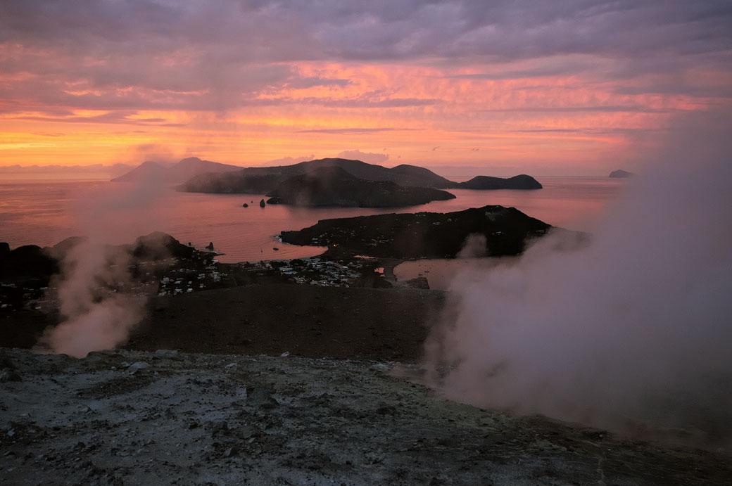 Le soleil se couche sur les îles Éoliennes en Sicile, Italie