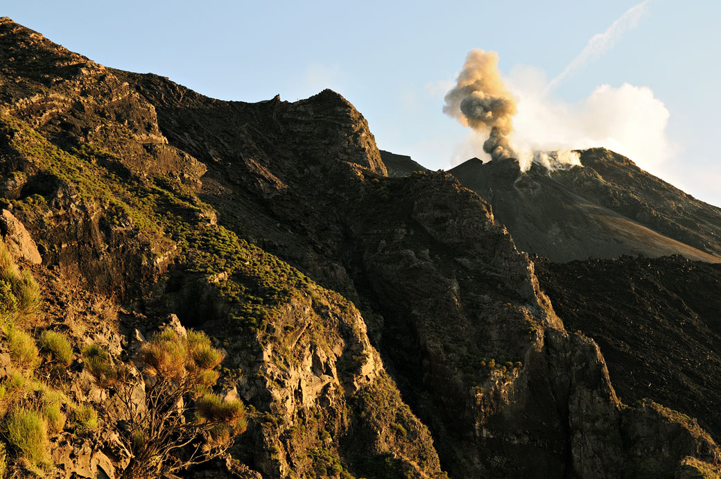 Panache de fumée sur le volcan Stromboli, Italie