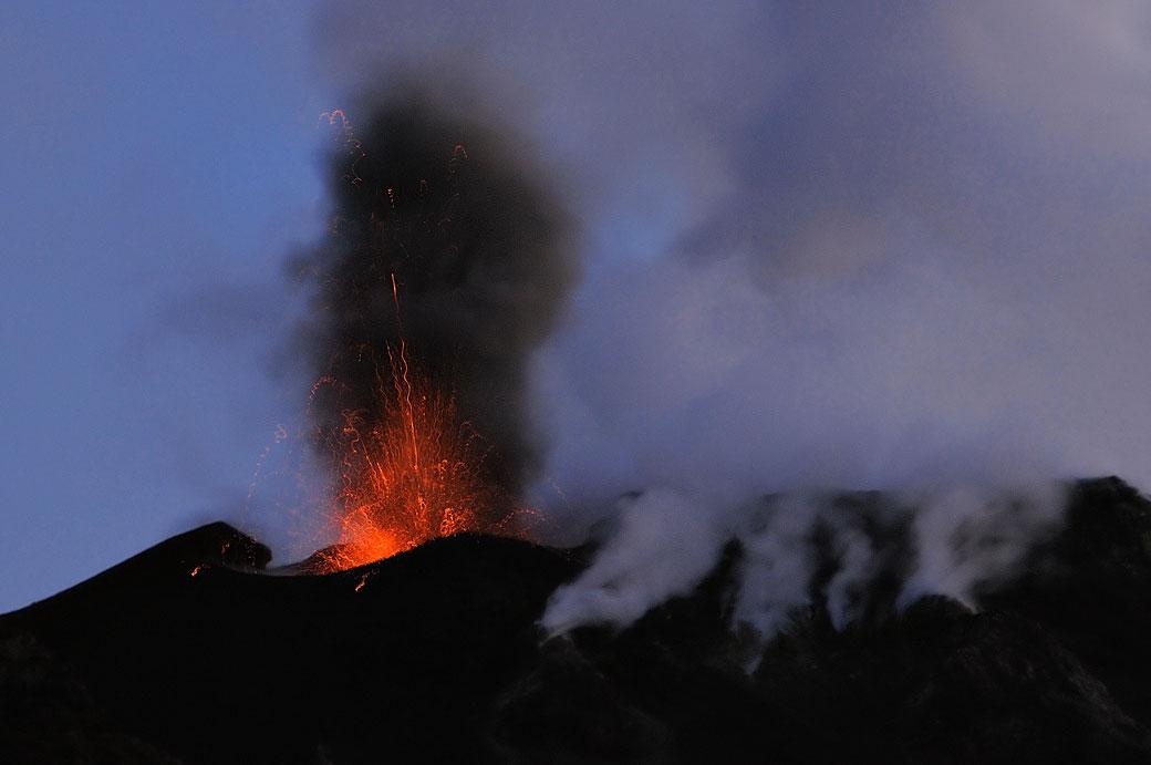 Explosion sur le volcan Stromboli en Sicile, Italie