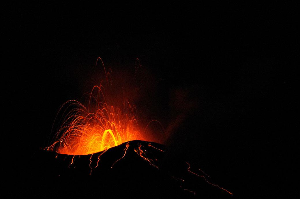 Éruption sur le volcan Stromboli en Sicile, Italie