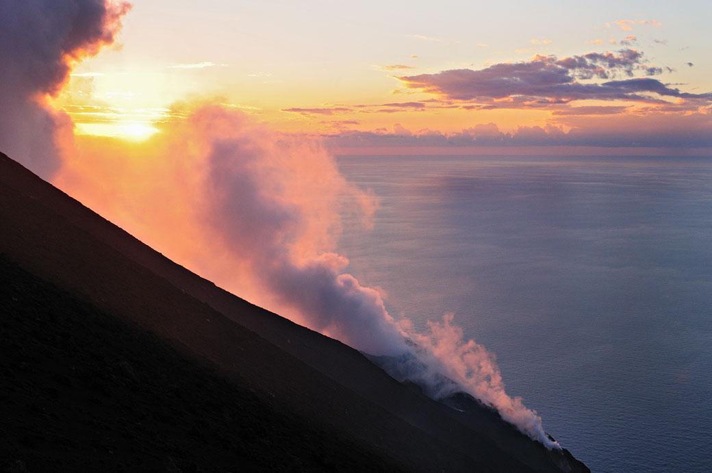 Fumée au sommet du Stromboli au coucher du soleil, Italie