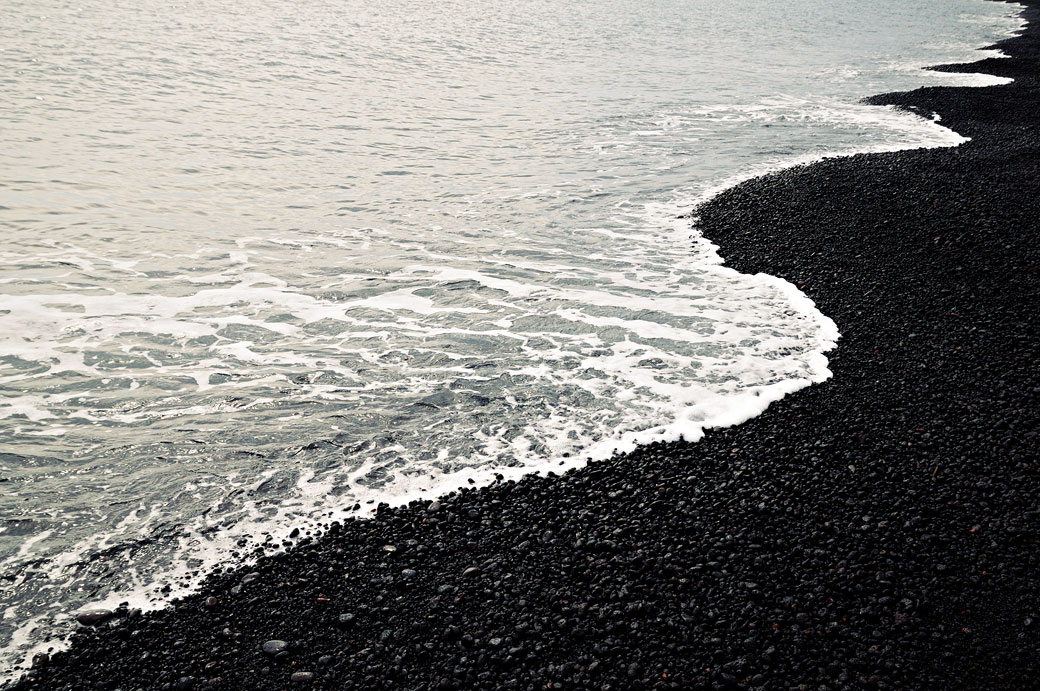 Plage noire sur l'île de Stromboli en Sicile, Italie