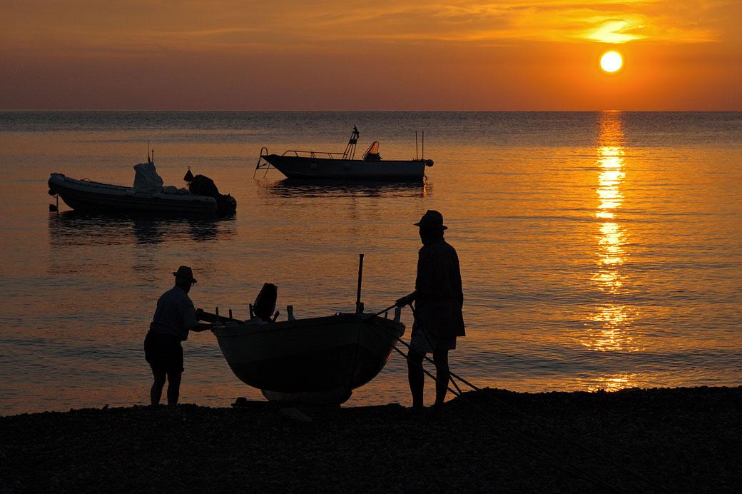 Pêcheurs sur la plage de Canneto au lever du soleil, Italie