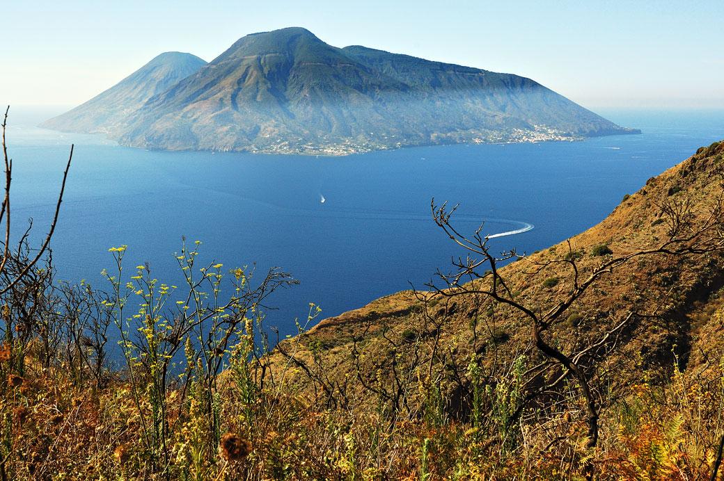 Vue sur Salina depuis l'île de Lipari en Sicile, Italie