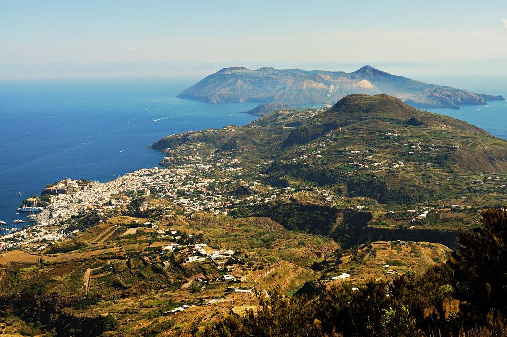 Vulcano et Lipari depuis le Monte Sant'Angelo en Sicile, Italie