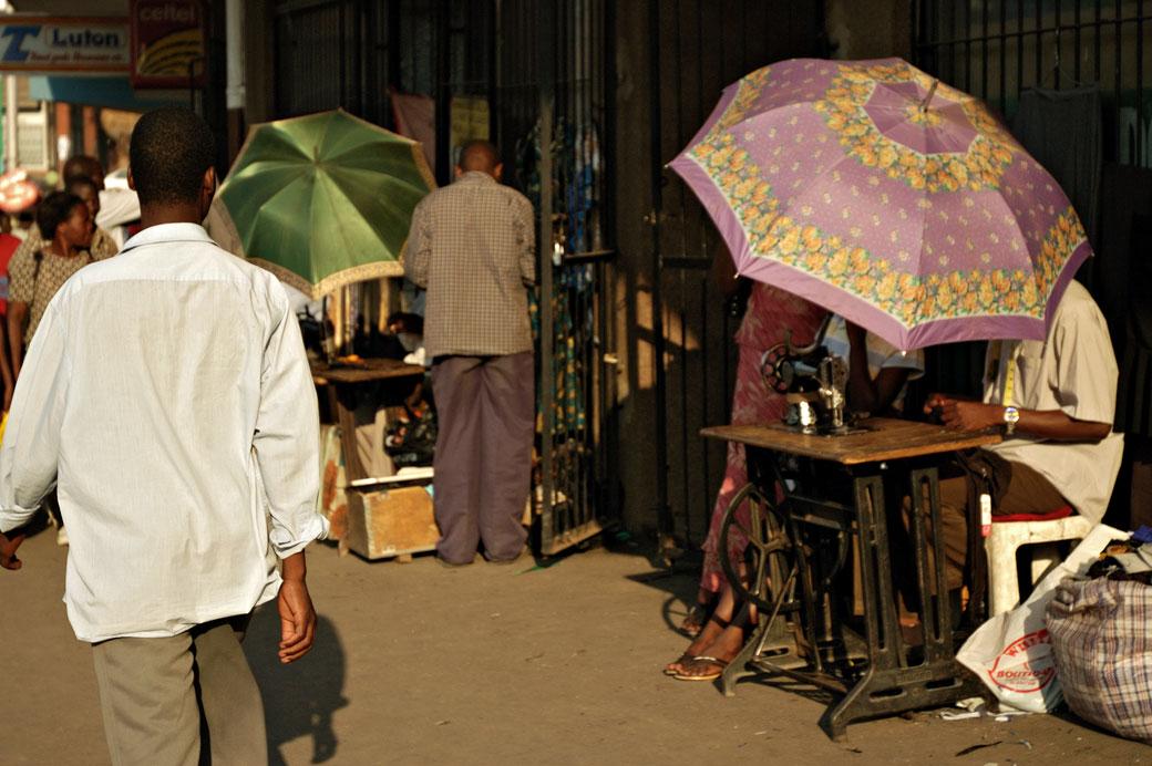 Ombrelles et couturiers dans les rues de Blantyre, Malawi
