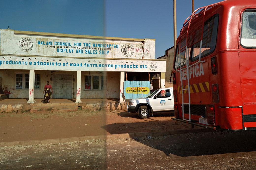 Bus rouge dans un rue au Malawi