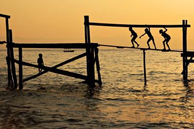 Enfants sur une passerelle à Cape Maclear, Malawi