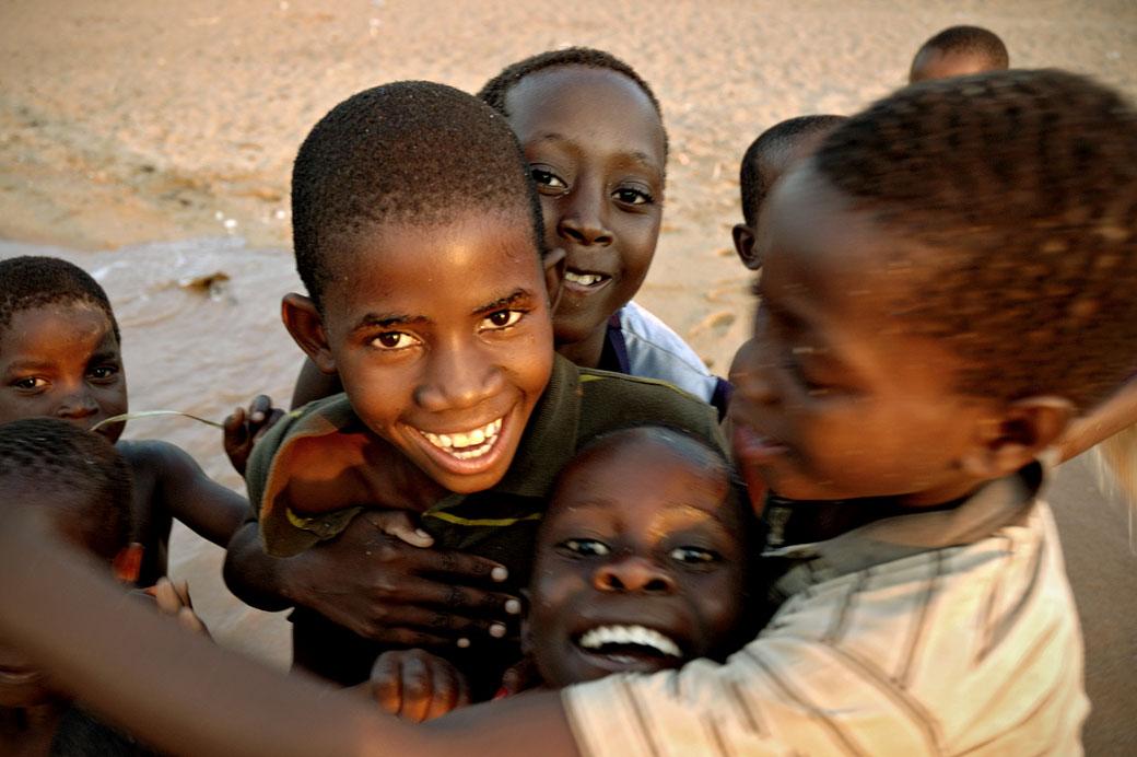 Groupe d'enfants à Cape Maclear au bord du lac Malawi