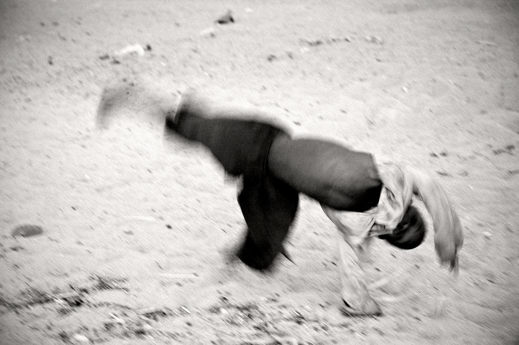 Enfant acrobate sur la plage de Cape Maclear, Malawi