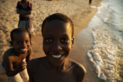 Sourires d'enfants à la plage de Cape Maclear, Malawi