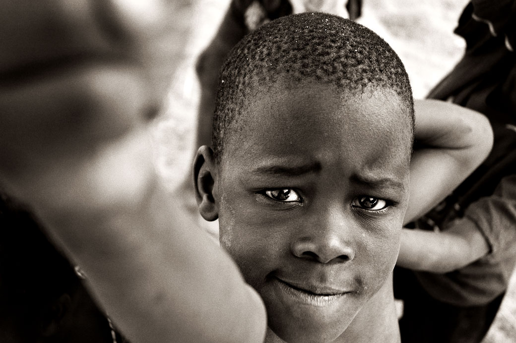 Garçon avec le poing tendu à Cape Maclear, Malawi