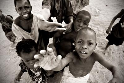 Groupe d'enfants qui tendent la main à Cape Maclear, Malawi