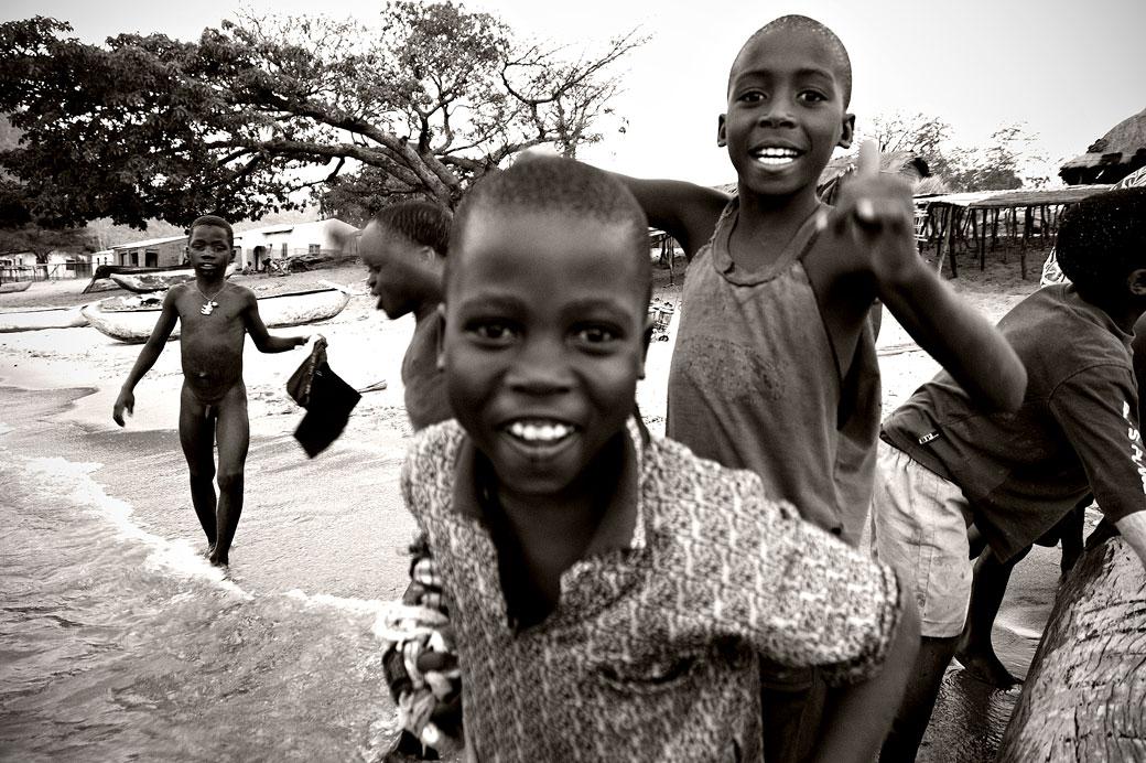 Garçons accueillants sur la plage de Cape Maclear, Malawi