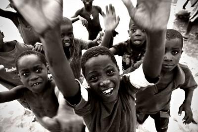 Groupe d'enfants avec les mains au ciel à Cape Maclear, Malawi