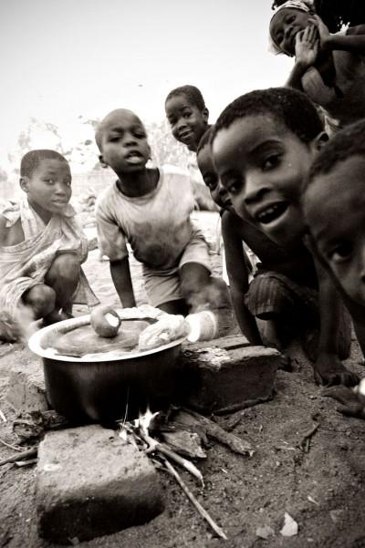 Enfants autour du feu pour le repas à Cape Maclear, Malawi