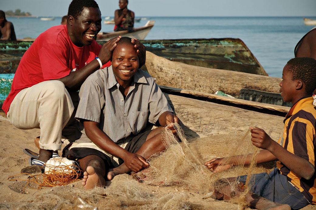 Pêcheurs souriants à Cape Maclear au bord du lac Malawi