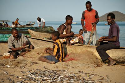Pêcheurs avec leurs filets à Cape Maclear au bord du lac Malawi