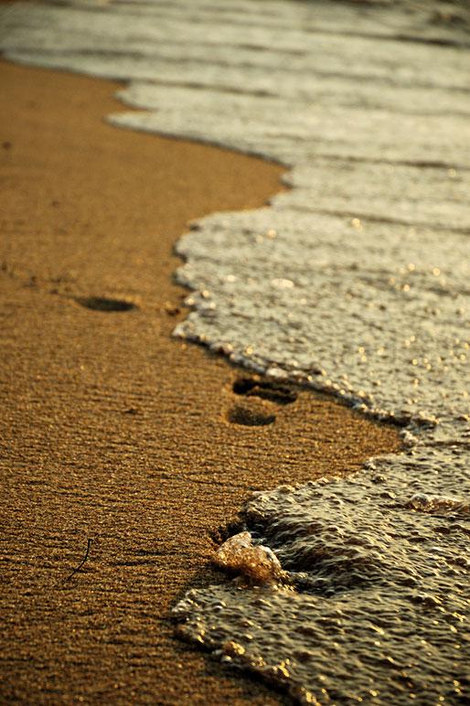 Traces de pas sur la plage de Cape Maclear au bord du lac Malawi