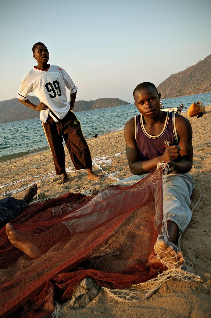 Pêcheur avec son filet sur la plage de Cape Maclear, Malawi