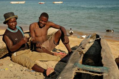 Deux pêcheurs relax sur la plage de Cape Maclear, Malawi