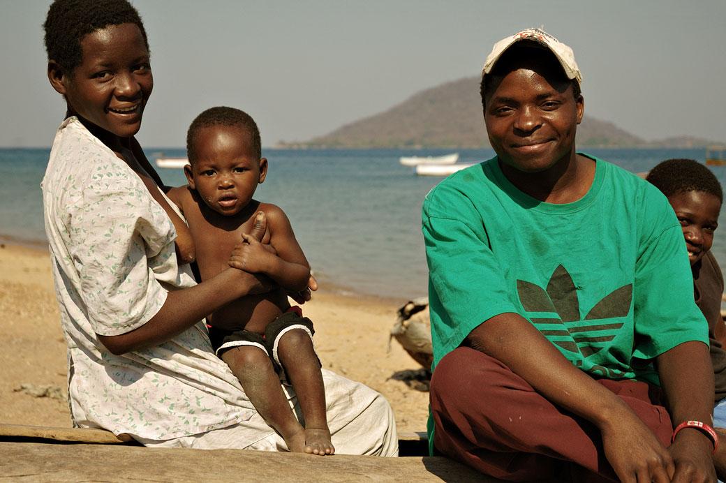 Famille sur la plage de Cape Maclear au bord du lac Malawi