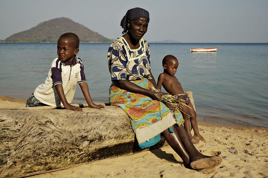 Vieille femme et enfants sur une pirogue à Cape Maclear, Malawi